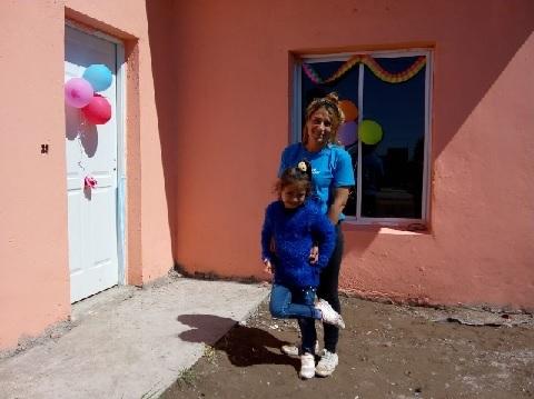 Una madre que construye estabilidad para sus hijas